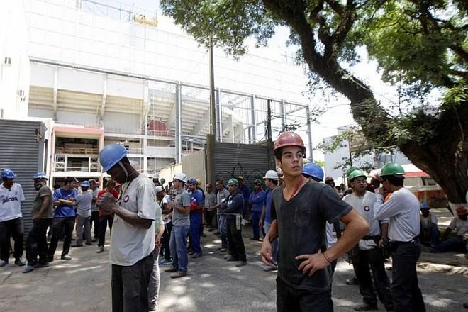 Operários parados em frente à Arena da Baixada: CAP S/A repassou apenas nesta sexta-feira o dinheiro do pagamento dos trabalhadores | Daniel Castellano / Gazeta do Povo
