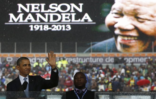 Obama cumprimenta o público do púlpito de onde fez seu discurso em homenagem a Nelson Mandela   Reuters/Kevin Lamarque
