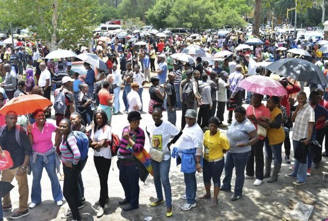 Fila para prestar homenagens a Mandela em Pretória | REUTERS/Mujahid Safodien