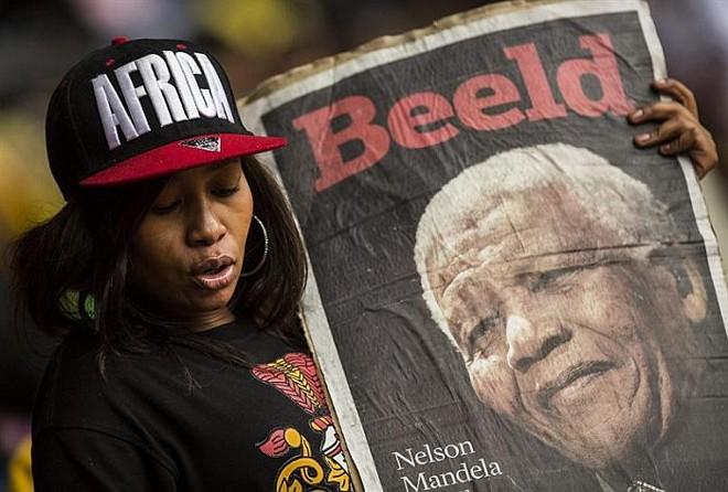 Sul-africana presta homenagem a Nelson Mandela no enterro do líder em Johannesburgo | EFE