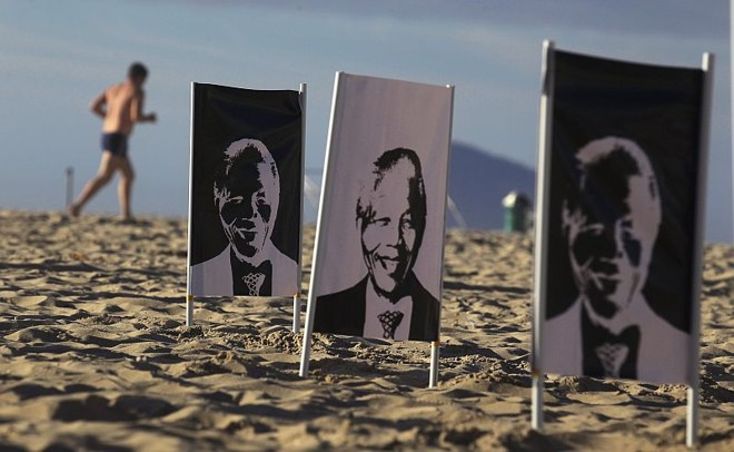 A ONG Rio da Paz fez uma homenagem a Mandela na Praia de Copacabana, colocando banners com imagens do líder sul-africano em tons de branco e preto | REUTERS/Pilar Olivares