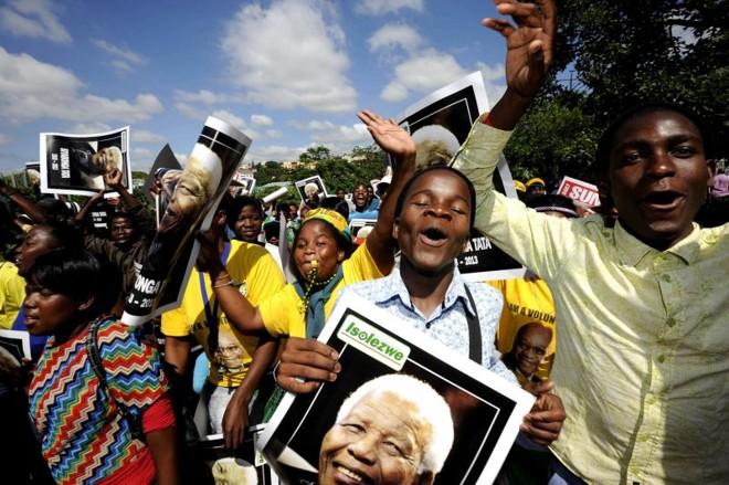 Sul-africanos cantam e dançam em homenagem a Mandela enquanto aguardam a oportunidade de participar do velório | REUTERS/Reinhardt Hartzenberg/GCIS/Handout via Reuters