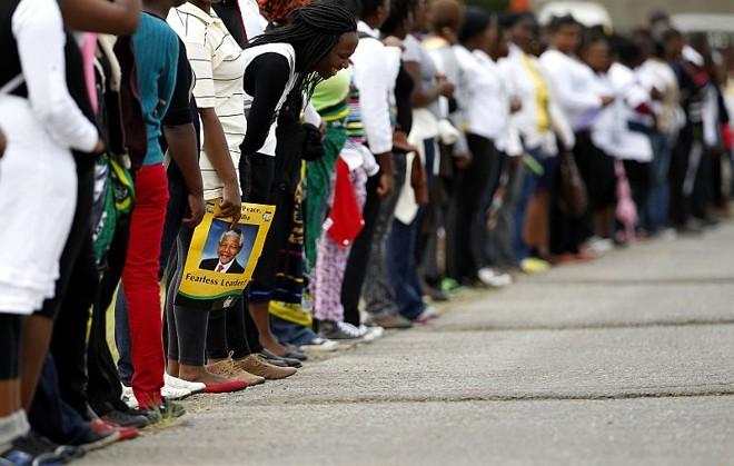 Milhares de pessoas aguardaram em fila para se despedir de Mandela | REUTERS/Siphiwe Sibeko