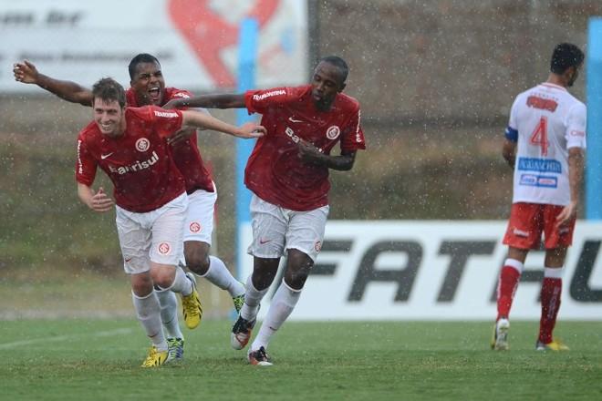 O jovem Aylon comemora o gol marcado pelo Inter contra o São Luiz | Edu Andrade / FatoPress / Folhapress