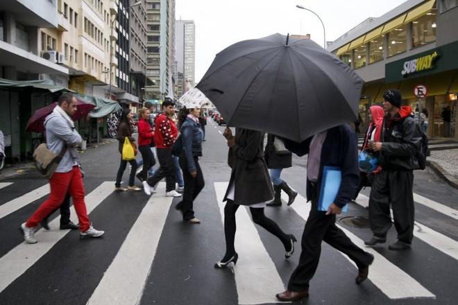 Cena é comum em Curitiba: difícil sair sem guarda-chuva | Andre Rodrigues/Agência de Notícias Gazeta do Povo