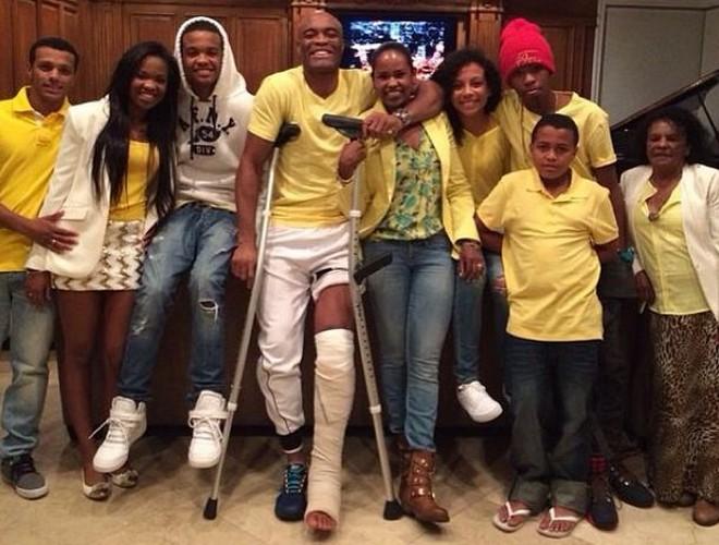 De muletas, Anderson Silva postou foto ao lado dos familiares | Reprodução Instagram