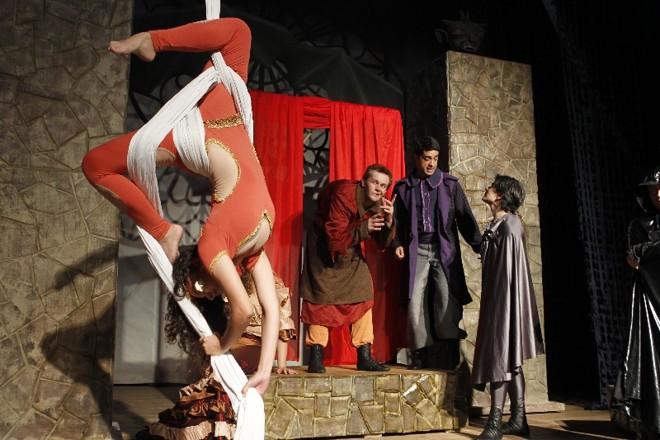 Uso de acrobacia em tecidos liga o palco com o esconderijo de Quasímodo na torre da catedral.   Antônio More/Gazeta do Povo