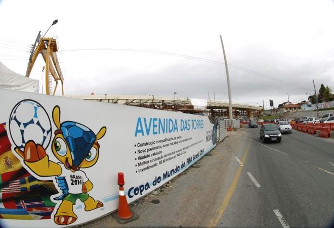 Obras na Avenida das Torres estão sendo preparadas para a Copa. Turistas não devem gastar muito na comparação com outras sedes | Daniel Castellano / Gazeta do Povo