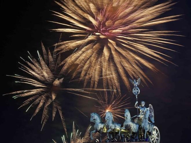Fogos explodindo sobre a escultura Quadriga Portão de Brandemburgo de Berlim | REUTERS/Tobias Schwarz