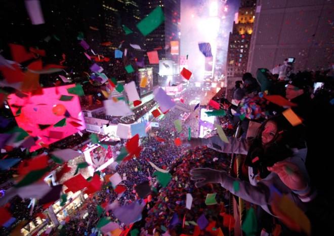 Chuva de confetes durante a virada na Times Square, em Nova Iorque | REUTERS/Gary Hershorn