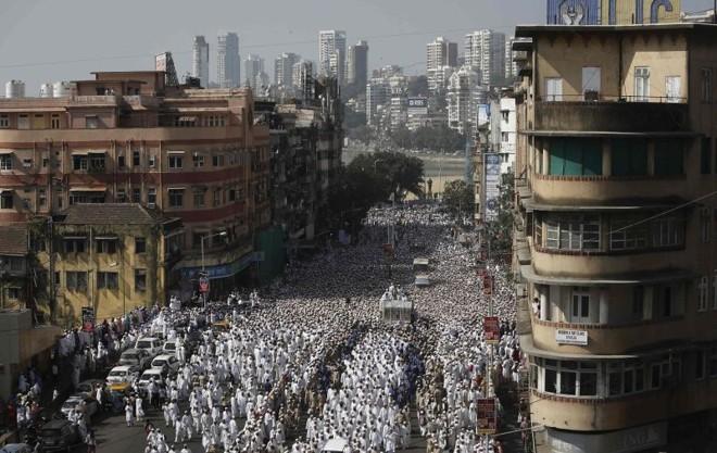 Multidão reunida durante o funeral de um líder espiritual muçulmano | REUTERS/Danish Siddiqui