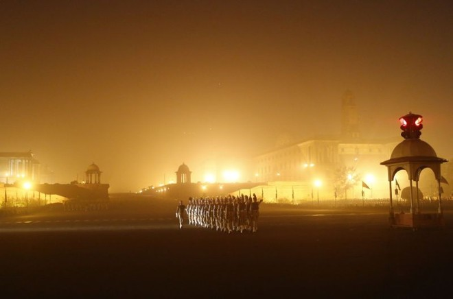 Soldados indianos ensaiam para o desfile do Dia da República em meio à névoa em uma manhã fria de inverno, em Nova Déhli, na Índia. O país vai celebrar o dia da República em 26 de janeiro   REUTERS/Anindito Mukherjee
