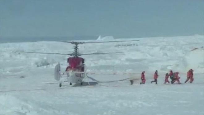O plano elaborado pelas autoridades australianas prevê utilizar o helicóptero do navio chinês Snow Dragon para resgatar os 52 cientistas e turistas à bordo | REUTERS/Chris Turney/www.spiritofmawson.com
