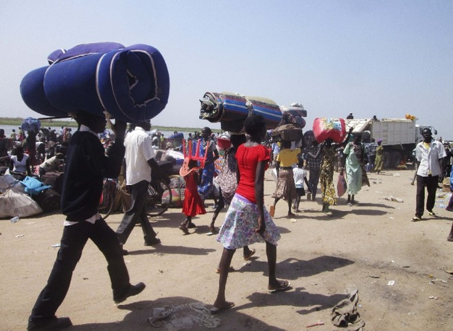 Moradores de Bor carregam seus pertences para tentar fugir dos conflitos no Sudão do Sul   Stringer/Reuters