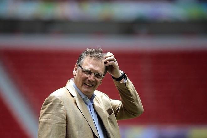 Jérôme Valcke esteve inspecionando o Mané Garrincha nesta segunda-feira e viu que o descanso do gramado melhorou o piso | Ueslei Marcelino / Reuters
