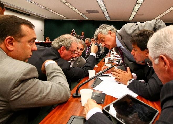 """Francischini (à frente, na esquerda): """"Quem é convocado [para prestar esclarecimentos no Congresso Nacional] vai com a corda no pescoço, quem é convidado vai a passeio""""   Pedro Ladeira/Folhapress"""
