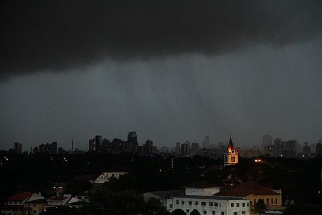 Chuva que cobriu Curitiba no fim da tarde deste sábado vista do bairro Abranches. | Daniel Castellano/Agência de Notícias Gazeta do Povo