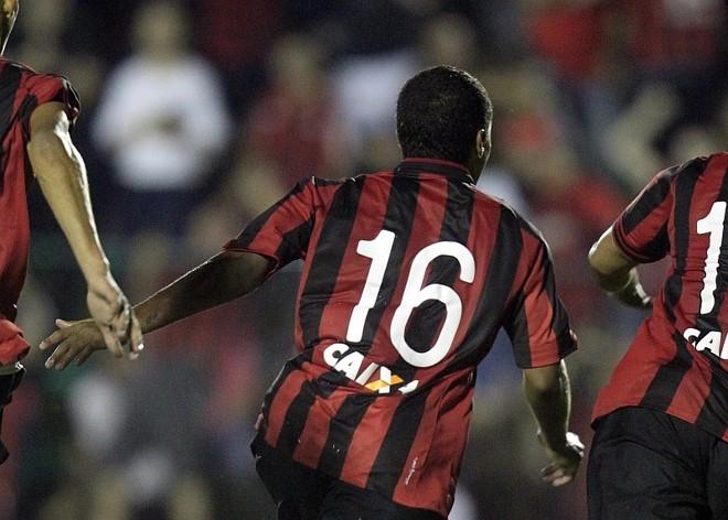 Harrison corre após marcar o gol da vitória sobre o Maringá: meia luta para reconquistar espaço no Atlético   Albari Rosa / Gazeta do Povo