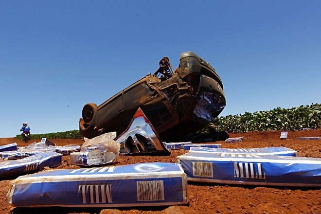 Carro com cigarro paraguaio capota durante perseguição da Receita Federal em estrada de terra a 20 quilômetros da fronteira | Albari Rosa/ Gazeta do Povo