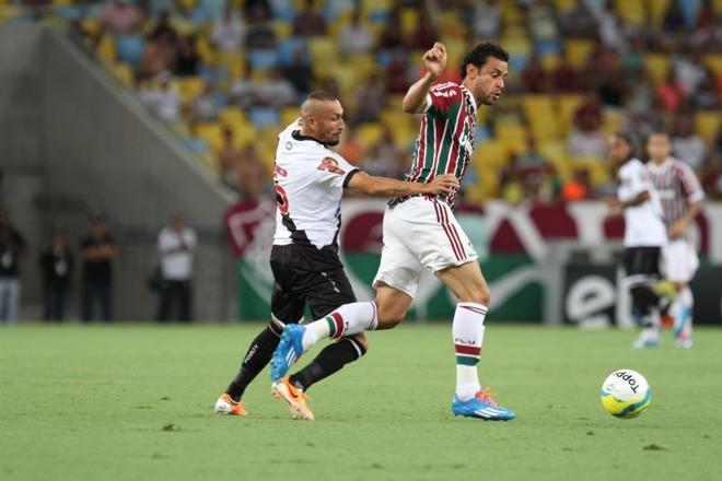 Volante Guiñazú disputa bola com Fred, que fez o gol de empate com o Vasco. Clássico terminou 1 a 1 | Agência Photocamera