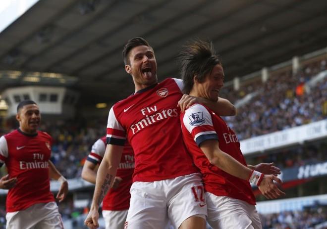 Rosicky é enforcado por Giroud na comemoração do gol do Arsenal | Reuters