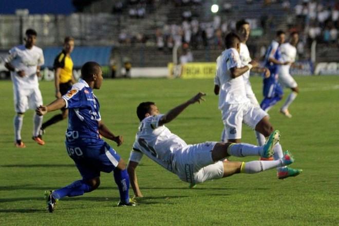 Leandro Damião em disputa de bola durante jogo entre Santos e Rio Claro que terminou 3 a 3. | Léo Santos / Futura Press-Folhapress