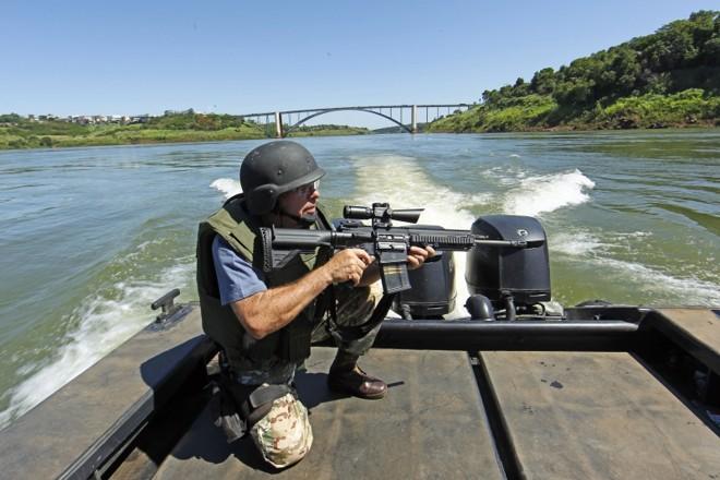 O policial Celso Calore, do Nepom de Foz do Iguaçu, já foi recebido à bala diversas vezes em operações de repressão ao contrabando na fronteira com o Paraguai | Albari Rosa/ Gazeta do Povo