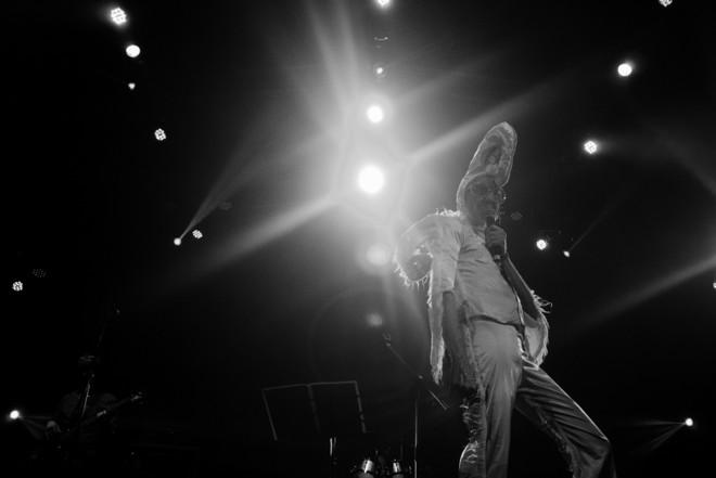 Space rock bizarro: Daevid Allen, líder da banda australiana Gong, tem 76 anos. E ainda dá um caldo |