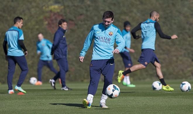 Leo Messi durante o treinamento com que o time do Barça em Sant Joan Despi, Barcelona. | EFE/Alejandro García