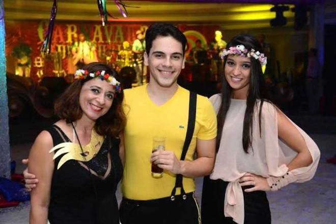 Carnaval 2014: Na ala jovem, destacavam-se na animação do salão azul, do Clube Curitibano, Silvana Geara, Anur Ferreira e Amanda Geara |