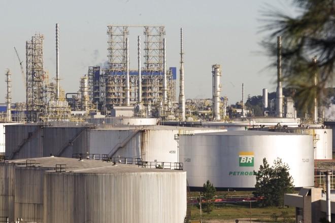 Refinaria da Petrobras: entre os cargos de nível superior estão o de técnico de operação júnior, com vagas em Curitiba e São Mateus do Sul | Hugo Harada/ Gazeta do Povo