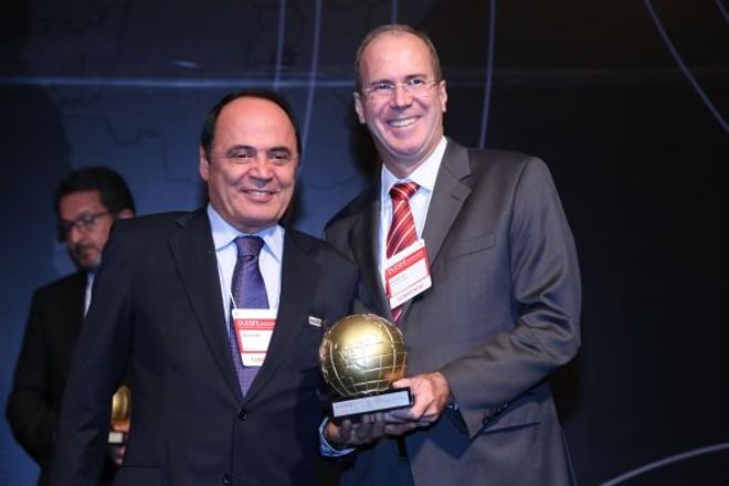 O empresário Carlos Jung (à esq.), da Diretriz Feiras e Eventos, recebeu homenagem durante o IX Encontro do Setor de Feiras e Eventos, em São Paulo. O troféu foi entregue pelo presidente da SP Turis, Wilson Poit |
