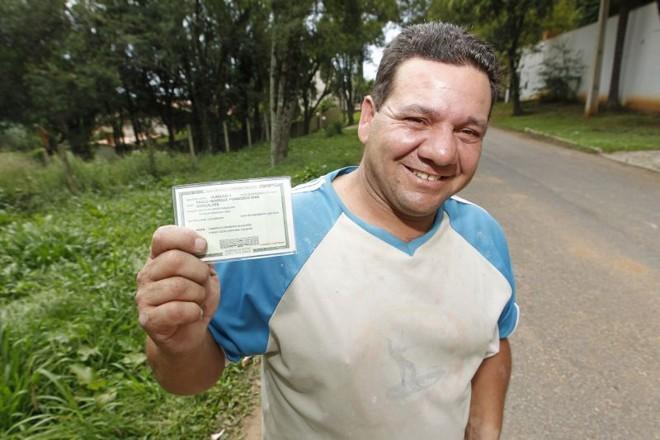 Nilson exibe orgulhoso a cédula de identidade do filho, agora com o registro da paternidade | Antônio More/ Gazeta do Povo