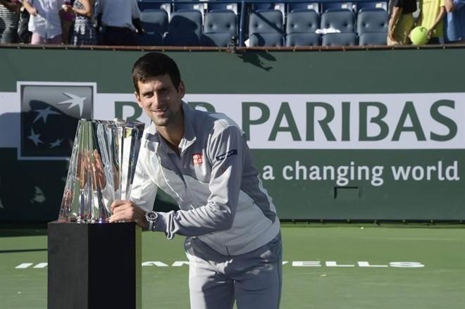 Novak Djokovic posa com troféu do Masters 1000 de Indian Wells. O sérvio venceu o suíço Roger Federer, de virada, por 2 sets a 1. | John G. Mabanglo / EFE