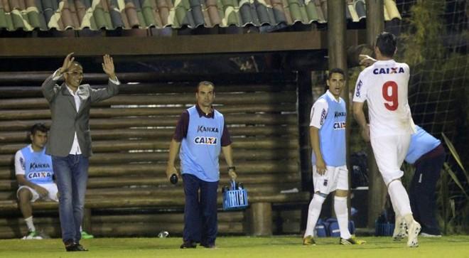 Giancarlo vai comemorar com o técnico Milton Mendes o gol que deu a vitória ao Paraná. | Daniel Castellano / Gazeta do Povo