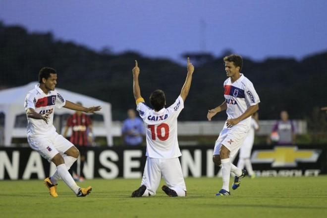 Capitão do Paraná Lúcio Flávio comemora seu gol no Ecoestádio. | Daniel Castellano / Gazeta do Povo