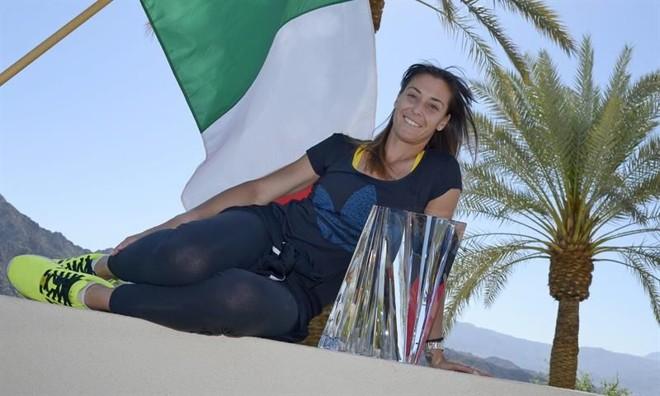 A italiana Flavia Pennetta  posa com troféu do Masters 1000 de Indian Wells após vencer a polonesa Agnieszka Radwanska por 2 sets 0. | Paul Buck / EFE