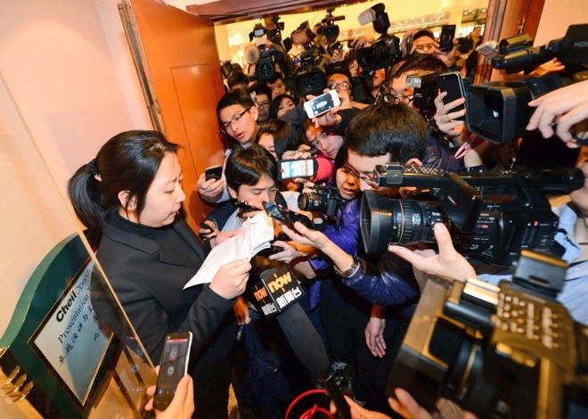 Funcionária da companhia aérea Malaysia Airlines é cercada por repórteres que buscam informações sobre o voo desaparecido | EFE/EPA/Lao Cai