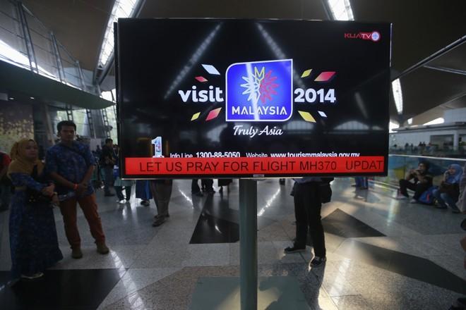 Cartaz no aeroporto internacional de Kuala Lampur pede orações pelos ocupantes do voo MH370 | Reuters/Samsul Said