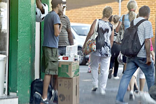 Ambulante vende cigarro paraguaio no Centro de Curitiba | Albari Rosa/ Gazeta do Povo