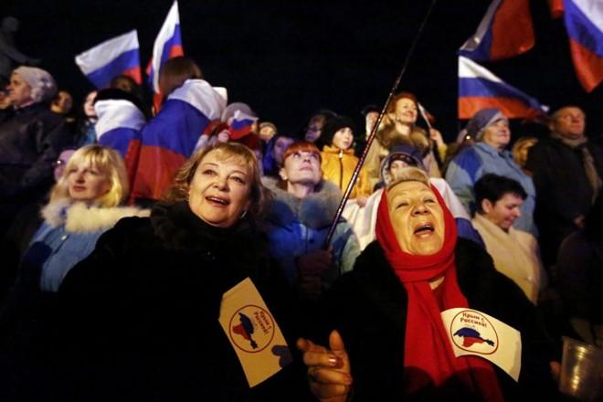 População comemoram na praça Lenin, na capital da Crimeia, Simferopol | REUTERS/Thomas Peter