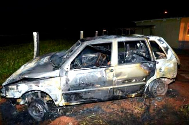 Carro incendiado em represália ao confisco de cigarro pirata |