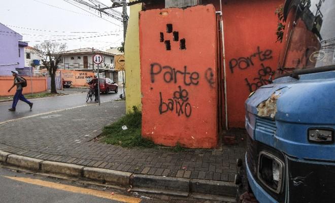 Muro pichado na Rua Manoel Martins de Abreu demarca território na Vila das Torres. Depois de armistício de 2011, guerra do tráfico acua moradores mais uma vez | Daniel Castellano/Gazeta do Povo