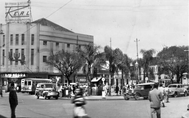 A Praça Zacarias sofreu inúmeras transformações durante mais de um século. Na fotografia de 1948, ainda com o Cine Luz | Acervo Cid Destefani