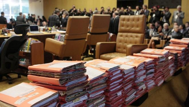 Pilhas do processo do mensalão no plenário do STF indicam o que foi o julgamento: o mais longo da história do Supremo, com 69 sessões em um ano e sete meses | Carlos Humberto/STF