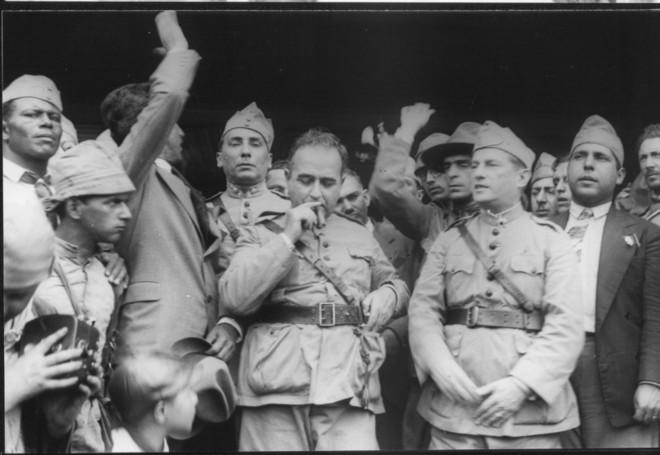 Getúlio, fumando, durante a Revolução de 30: tomada de poder após derrota na eleição presidencial | Arquivo/ Wikimedia Commons