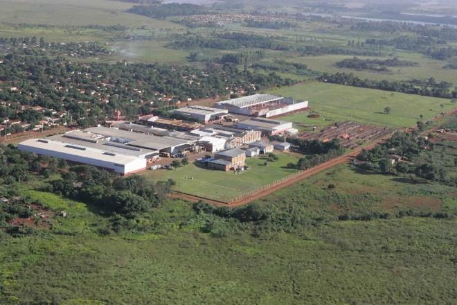 Indústrias ocupam quarteirões inteiros na fronteira paraguaia |