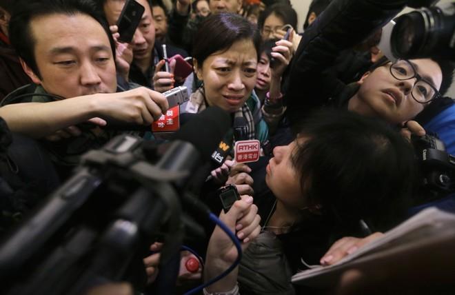 Parentes dos passageiros da aeronave se reúnem nos órgãos oficiais pedindo por informações | REUTERS/Jason Lee