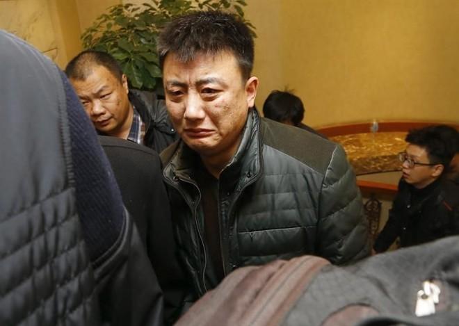Parentes dos passageiros do voo desaparecido sofrem em hotel em Pequim | Rolex Dela Pena/EFE/EPA