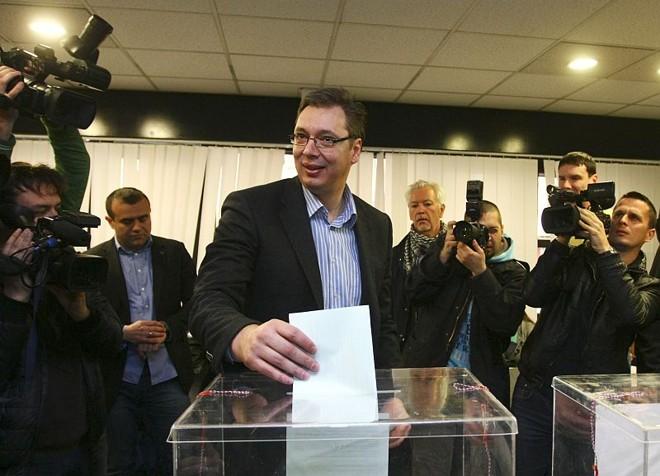 Aleksandar Vucic, o vice-primeiro-ministro da Sérvia e líder do Partido Progressista Sérvio (SNS), participa de votação durante eleições em Belgrado   REUTERS/Djordje Kojadinovic